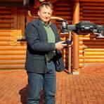 """""""Nebenberuf"""": Immobilienmakler Andreas Grußdorf ist seit einiger Zeit auch Drohnenpilot. Die fliegende Kamera hilft Kunden, die Lage des Objekts besser einzuschätzen. Dieses Holzhaus steht am Rand des Waldaubacher Nachbardorfs Homberg. Foto: Martin H. Heller"""