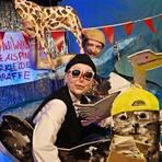 Zwei schräge Vögel gucken aus dem heimischen Bildschirm: Szenenfoto aus dem interaktiven Theaterstück mit Pinguin und Giraffe. Foto: Staatstheater