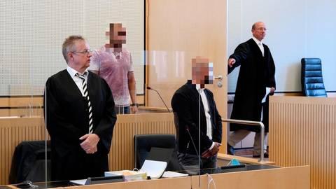 Die Ehefrau des verurteilten Mörders belastete den angeklagte 38-jährigen Onkel (3. von links) des Todesschützen schwer .  Foto: Steffen Gross