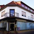 Die Rollos bleiben für immer unten. Nach 162 Jahren musste die Bäckerei Gräff in Mandel schließen – für die Kunden völlig überraschend. Damit hat das Dorf unter dem Schlossberg seine letzte Einkaufsmöglichkeit verloren. Foto: Wolfgang Bartels