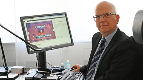 Der rheinland-pfälzische Datenschutzbeauftrage Dieter Kugelmann in seinem Büro. Foto: Peter Zschunke / dpa