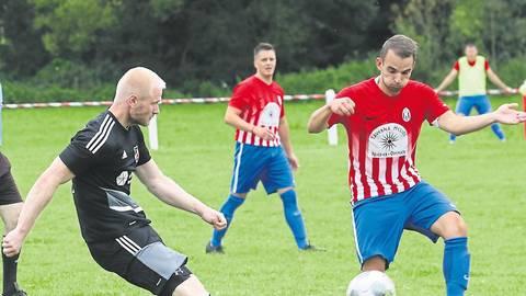 Julian Viereck (links), hier im Spiel der FSG Ohmes/Ruhlkirchen gegen die SpVgg. Mücke, lobt insbesondere die gute Integration der Nachwuchsspieler.  Archivfoto: Luca Raab