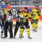 Adler-Topscorer David Wolf (vorne links) hat im letzten Hauptrunden-Spiel gegen die Krefeld Pinguine am Sonntag (4:2) schon mal gegen Lucas Lessio (rechts) klargemacht, dass er sich im Play-off-Modus befindet. Foto: Alfred Gerold