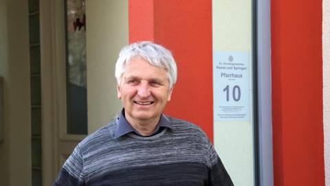 Bald verlässt Frank Seickel das Pfarrhaus in Kemel und zieht mit Frau, zwei Katern und unzähligen Büchern nach Ingelheim. Foto: Thorsten Stötzer