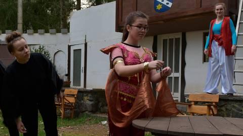 """Zum ersten Mal in Kostümen: Die Darstellerinnen zeigen eine Szene aus """"Aladin und die Wunderlampe"""".  Foto: Jenny Berns"""