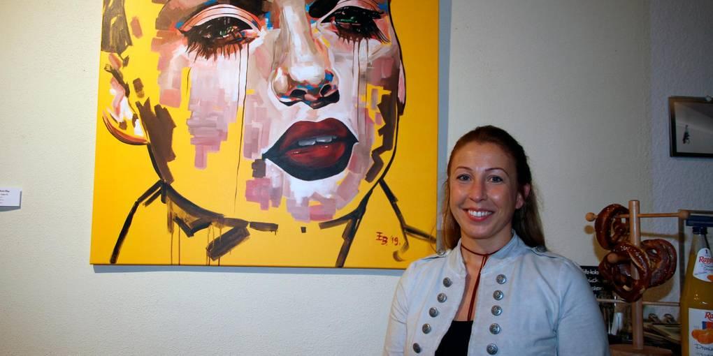 Emese Sarolta Benz vor einem ihrer ausgestellten Bilder Foto: Rose-Rita Schäfer