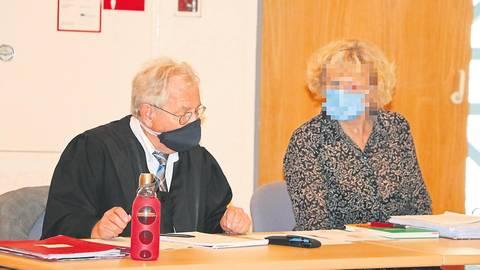 """""""Den richtigen Punkt getroffen"""": die angeklagte Ärztin aus Aßlar mit ihrem Verteidiger, Rechtsanwalt Dietmar Kleiner.  Foto: Jörgen Linker"""