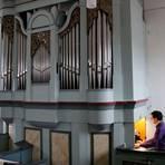 Thomas Wilhelm überprüft noch einmal den Klang der restaurierten Johannes-Meyer-Orgel in der Rother Kirche.  Foto: Frank Rademacher