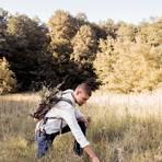Manuel Larbig sammelt Wildkräuter - und erklärt in seinem neuen Buch, wo man die essbaren findet.  Foto:  Benjamin Zibner