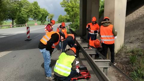 """In Aktion: Die Studierenden der THM untersuchen gemeinsam mit Mitarbeitern von """"Hessen Mobil"""" den Zustand der Brückenpfeiler.  Foto: Hessen Mobil"""