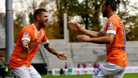 Mit zwei Treffern und zwei Vorlagen war Tobias Kempe (links) der gefeierte Lilien-Spieler (rechts Serdar Dursun) beim 4:3-Sieg in der Hinrunde beim Karlsruher SC. Archivfoto: Florian Ulrich