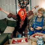 Lucia und Carl Pinsel testen die Bier- und die Äppler-Box und befinden sich schon in Partylaune. Foto: Lindheimer Hexen