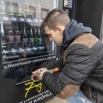 Noch gibt es vor allem Wein und Sekt im Vinomat. Doch Peter Kröhler möchte ihn auch mit Wurstdosen, Wasser, Trinkgläsern für durstige Radler bestücken. Foto: hbz/Stefan Sämmer