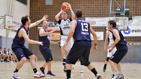 Zum Basketball-Saisonstart bezwingt der TV Heppenheim (beim Wurf Samuel Wagner) den BC Helios Darmstadt mit 62:46. Foto: Dagmar Jährling