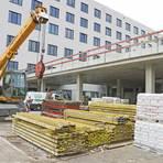 Hier sieht man die Rampe, über die später Rettungswagen die Notaufnahme im Gebäudeteil A anfahren werden. Es liegt in Richtung Ludwig-Erhard-Straße. Direkt unter dieser Rampe ist die Anfahrt für Krankentransporte. (Fotos: René Vigneron)