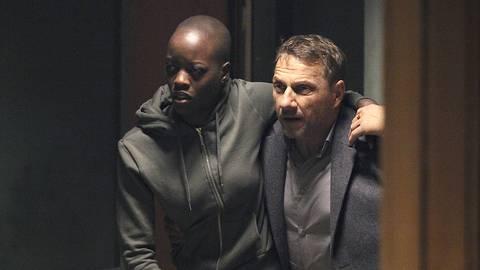 Lannert (Richy Müller) will, Lela (Florence Kasumba) in Sicherheit bringen. Foto: SWR/Johannes Krieg