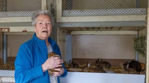 Die Castor-Rex-Kaninchen haben es Hildegard Riegel von Anfang an besonders angetan. Foto: Jörg Halisch
