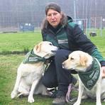 """""""Wer sagt, Glück könne man nicht anfassen, hat nie einen Hund gestreichelt."""" Das ist das Lebensmotto von Isabel Marschall mit ihren beiden Labradoren Romy und Dyos. Sie betreibt eine Hundeschule bei Mandel – und hofft, dass das neue Jahr weniger krisengeschüttelt wird als das alte. Foto: Wolfgang Bartels"""