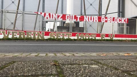Fans von Mainz 05 wollten ein Zeichen gegen Corona-Leugner und Verschwörungstheoretiker setzen. Jetzt wurde das Banner zerstört. Foto: Nils Salecker