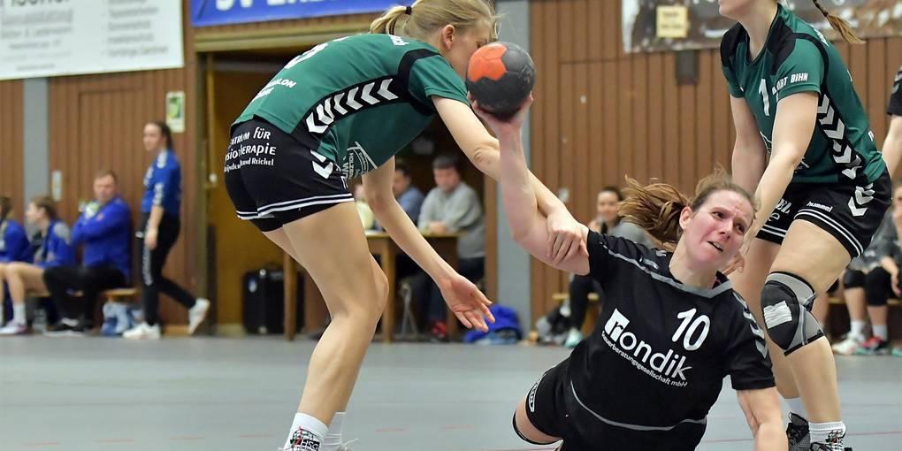 Desiree Bock (SV Erbach) nutzt die Lücke zwischen Lisa Unrath (links) und Diana Helferich. Foto: Dagmar Jährling