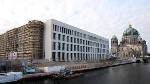 Die Fassade des Berliner Stadtschlosses, des Humboldtforums, ist neben dem Berliner Dom zu sehen. Ein Keramiker prüft nach dem Brennen die Maße an einem Pilaster-Kapitell für die Fassade (kleines Foto). Fotos: dpa  Foto:
