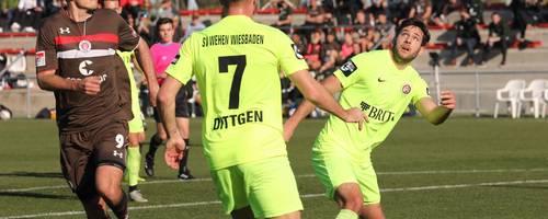 Alle Augen auf den Ball: Niklas Dams (rechts) und Maximilian Dittgen wollen das Spielgerät gegen den neuen Pauli-Stürmer Alex Meier behaupten. Foto: svww.de