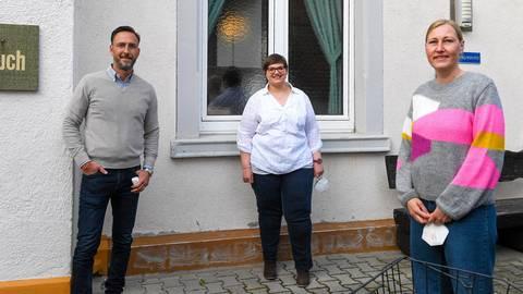 Die drei parlamentarischen Neulinge (von links) Markus Weigel (CDU), Lisa Cossu (SPD) und Swenja Gesemann (Grüne) gehören dem Nauheimer Sozialausschuss an, den Lisa Cossu leitet. Foto: Vollformat/Samantha Pflug