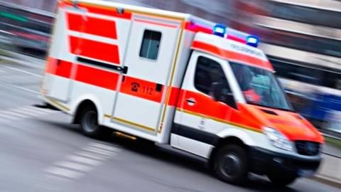 Die 26-Jährige kam nach dem schweren Unfall auf der B 49 ins Krankenhaus. Symbolbild: dpa