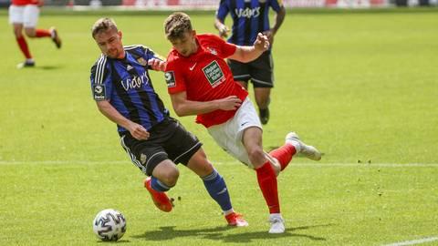 Daniel Hanslik vom FCK (re.) im Zweikampf mit Anthony Barylla vom FCS. Foto: René Vigneron
