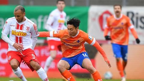 Kann auch kämpfen: Seung-ho Paik (rechts), hier im Duell mit Jann George von Jahn Regensburg. Foto: Florian Ulrich