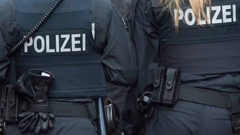 Polizeibeamte seien beleidigt, umringt und bedrängt worden. Symbolfoto: dpa