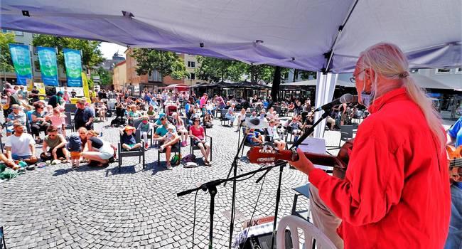 Bei Fredrik Vahles Konzert am Sonntag war der Kirchenplatz gut gefüllt.  Foto: Schäfer
