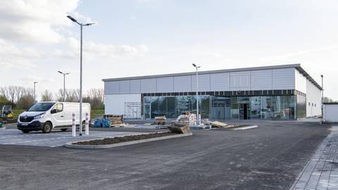 Noch wird vor allem im Inneren gearbeitet: Voraussichtlich  ab Mitte Mai können die Kunden im Süden Biebesheims in der neuen Netto-Filiale einkaufen gehen. Foto: VF/Heiler