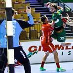 Der einzige Spieler der HSG Wetzlar in Derbyform: Olle Forsell Schefvert (am Ball) setzt sich gegen die Melsunger Abwehr durch. Foto: PeB