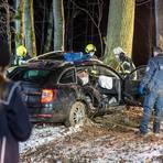 Zwischen Idstein-Heftrich und Elhalten ist ein Mann von der L3011 abgekommen und gegen einen Baum geprallt. Die Feuerwehr musste ihn aus dem Auto befreien. Foto: Wiesbaden112