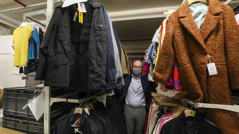 Wohin mit den Kleidern? Henschel-Geschäftsführer Moritz Koch im Darmstädter Kellerlager. Foto: Guido Schiek