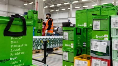 """Amazon – hier ein Blick in ein früheres Depot von """"Amazon Fresh""""– war ein Vorreiter im Online-Handel mit Lebensmitteln. Foto: dpa"""