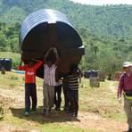 Große Wassertanks helfen den Bewohnern von Tamugh in Kenia, das wenige Regenwasser, das im Jahr fällt, zu sammeln. Das Foto zeigt Ulrich Rein (rechts), der das Hilfsprojekt im Jahr 2010 initiiert hat, bei seinem letzten Besuch im September 2014. Foto: Rein  Foto: Rein