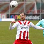 Ball im Blick, Zukunft in Gießen: Michael Fink (links) im Spiel gegen die Offenbacher Kickers. Foto: Ben