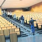 Rein in den Hörsaal für die Klausur, aber bitte schön Abstand halten. Foto: Susanne Schienbein