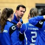 Stellt seine Spielerinnen in einer Auszeit neu ein: Trainer Peter Schlecht vom Volleyball-Zweitligisten TV Waldgirmes. Foto: Steffen Bär