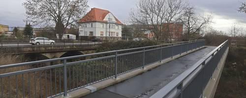 Parallel zur B 9 gibt es den Fußgänger-/Radweg, aber wer die Bundesstraße queren will, schaut in die Röhre. Foto: BK/Stumpf