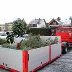 Mit ihrem Wechsellader transportiert die Feuerwehr die angelieferten Weihnachtsbäume in Gladenbacher schließlich zur Entsorgungsstelle.  Foto: Sascha Valentin