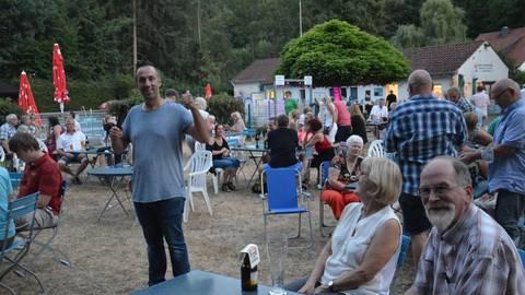Comedian Matthias Jung (l.) begeisterte das Publikum im Argenschwanger Schwimmbad. Foto: Reinhard Koch