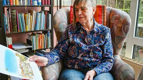 Friedel Lausberg mit einer Illustration zu ihrem Buch. Foto: Dirk Zengel