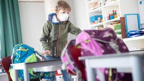 Unter Einschränkungen dürfen ab 18. Mai weitere hessische Schüler in ihre Schulen zurückkehren. Foto: dpa