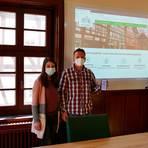 Johanna Buckle, Jan Siemak und Bürgermeister Frank Ide (v.l.) mit der Startseite der neuen Homepage. Foto: Schütte