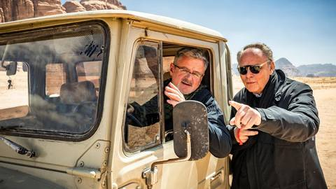 """Regisseur Gero von Boehm (rechts) gibt Christopher Clark Instruktionen vor dem Dreh für die Folge """"Schätze des Orients"""". Foto: ZDF/Andreas Steffan"""
