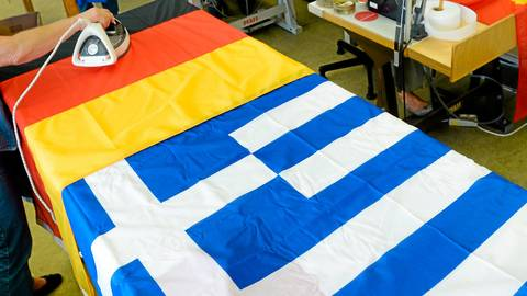 Die deutsche und die griechische Nationalflagge nebeneinander auf einem Bügeltisch eines Flaggenherstellers: Auf der Insel Kreta soll ein Bundeswehr-Soldat aus dem Lahn-Dill-Kreis eine griechische Flagge abgehängt und eine deutsche gehisst haben. Das sorgte für einen Skandal.  Symbolffoto: dpa