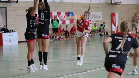 Auf dem Feld müssen es andere richten: Neuzugang Natalie Adeberg  (Dritte von links) wird über sich hinauswachsen müssen, um das Topteam desThüringer HC so in Bedrängnis zu bringen. Foto: Axel Kretschmer/Mainz 05